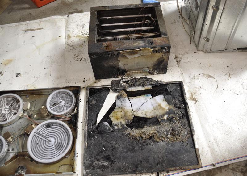 Untersuchung im Labor: Über dem zerstörten Keramikkochfeld ist der Pizzaofen zu sehen.