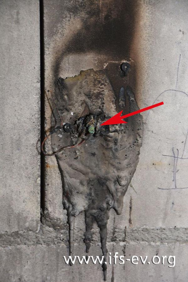 In den Überresten der Steckdose befinden sich noch die Steckerstifte, die zum Anschluss der Eismaschine gehörten.