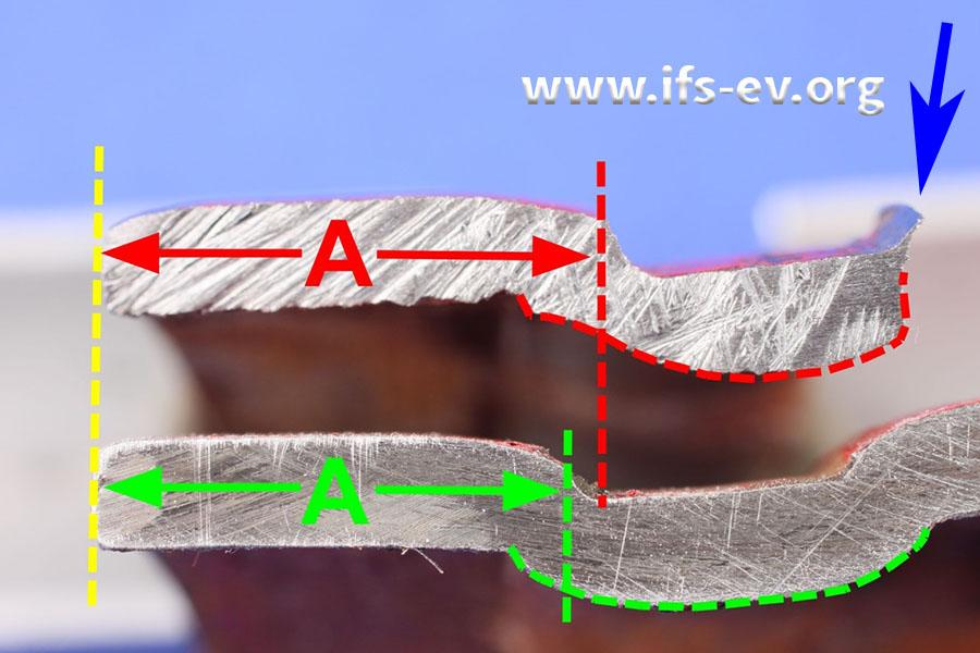 Die Rollnuten an den beiden Rohrenden im Vergleich; der blaue Pfeil markiert die dünnwandige Stelle, an der es zum Abriss kam.