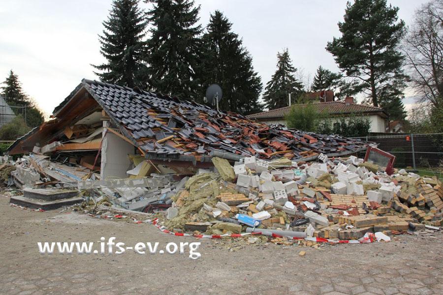 Das Haus ist zusammengesackt; nur das Dach ist als solches noch zu erkennen.