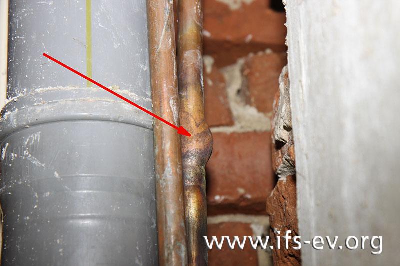 Detailaufnahme aus dem Esszimmer: Die Bruchstelle in der Kupferleitung weist die charakteristische Aufwölbung eines frostbedingten Rohrbruches auf.