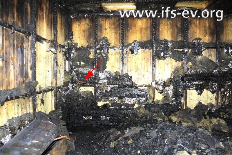 Der Pfeil markiert eines der Kupferrohre in der ausgebrannten Sauna.