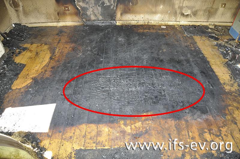 Direkt unterhalb des Montageplatzes der Deckenleuchte sind die Bodendielen stark verbrannt.