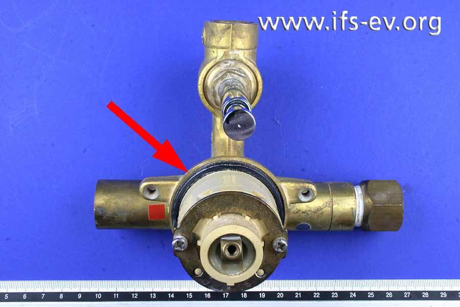 Zwischen dem Armaturgehäuse und der Kartusche der Mischwarmatur (Pfeil) ist Wasser ausgetreten.