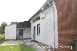 Auf Höhe des Kniestocks wurde das Mauerwerk nach außen gedrückt.
