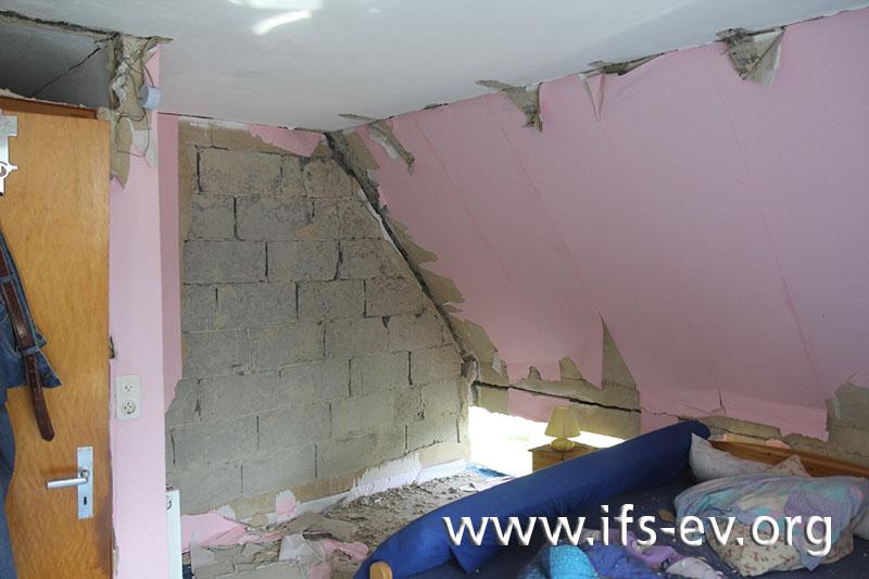 Die Druckwelle der Explosion hat im Dachgeschoss große Schäden hinterlassen.