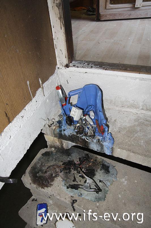 Auf der Treppe zum Keller ist ein Kunststoffeimer angebrannt und zum Teil geschmolzen.