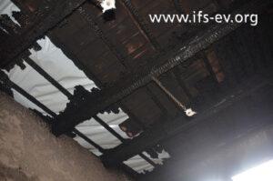 Über dem Härteofen ist das Dach durchgebrannt.