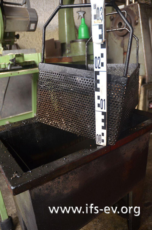 Hier ist das Ölbad zu sehen samt Drahtkorb, in dem die Metallteile abgesenkt werden.