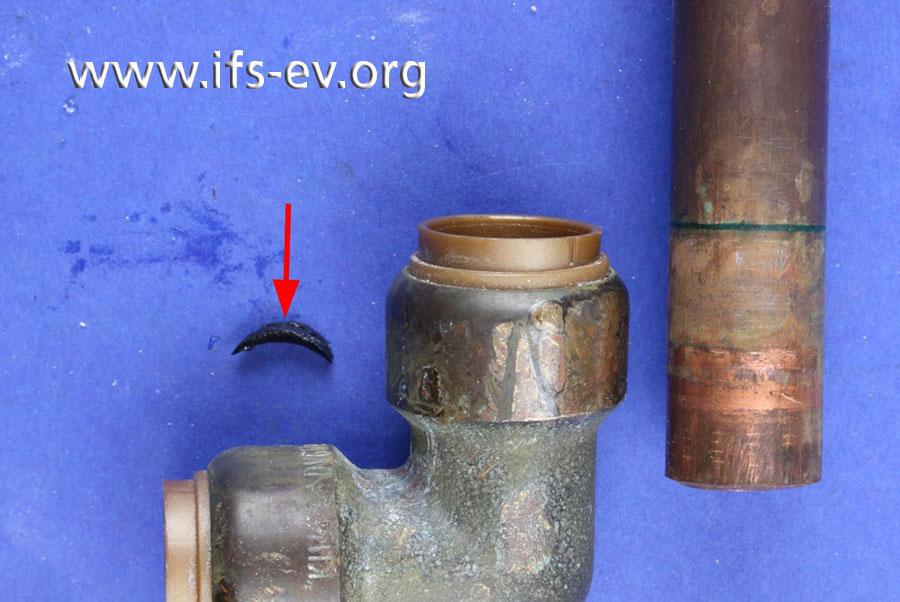 Die Steckverbindung von Rohr und Fitting wird gelöst. Dabei findet die Gutachterin ein abgetrenntes Stück der O-Ringdichtung.