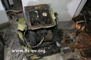 Eines der drei Trocknungsgeräte: Wie die anderen ist es von außen brandbetroffen.