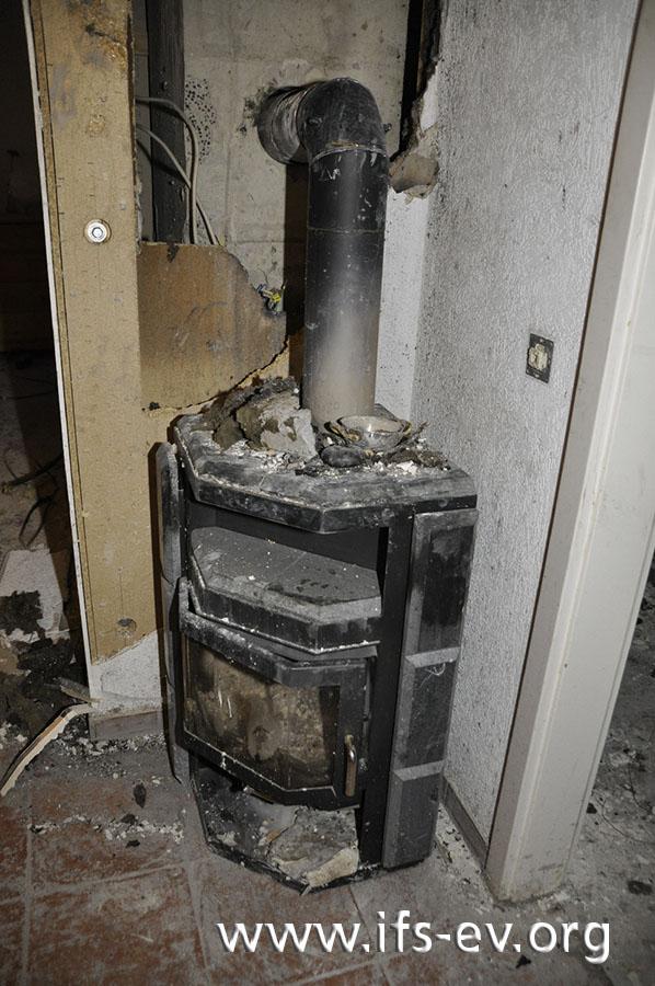 Bei der Untersuchung wird der Ofen an seinen ursprünglichen Platz im Wohnzimmer gestellt.