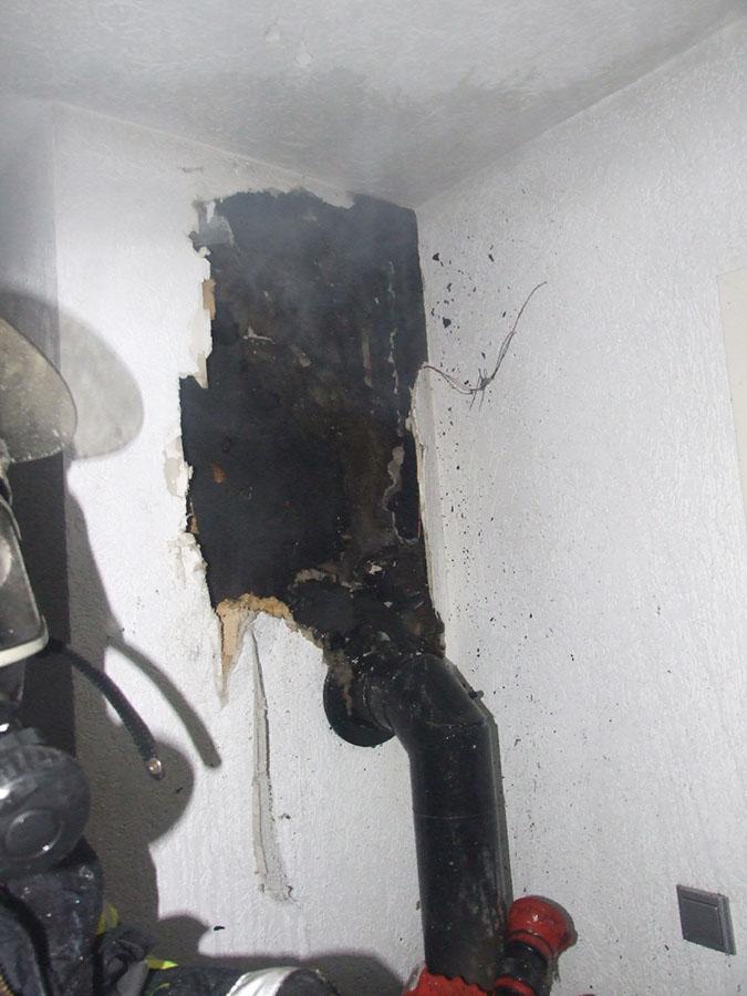 Es raucht aus der Wand. Diese Aufnahme vom Löscheinsatz hat die Feuerwehr aufgenommen und zur Verfügung gestellt.