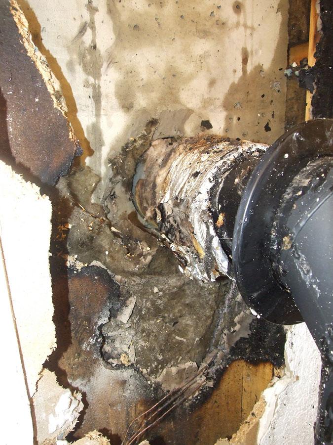 Auch dieses Foto, das die Wanddurchführung des Rauchrohres nach Beendigung der Löscharbeiten zeigt, hat die Feuerwehr zur Verfügung gestellt.