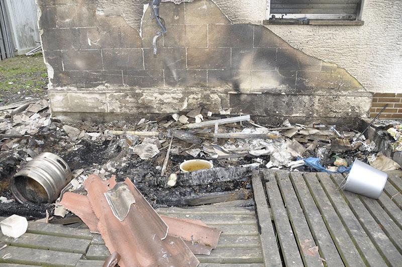 Im Brandbereich ist der Putz vom Gebäude geplatzt.