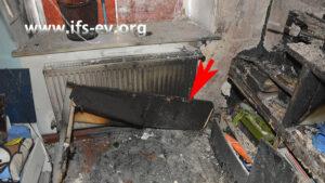 Der Schadenschwerpunkt im Kinderzimmer mit Überresten des Schreibtisches, der vor dem Fenster stand
