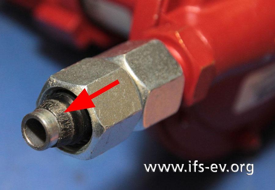 An der Seite des Gas-Anschluss-Sets sorgt ein Metallschneidring (Pfeil) für eine feste Verbindung der Verschraubung.
