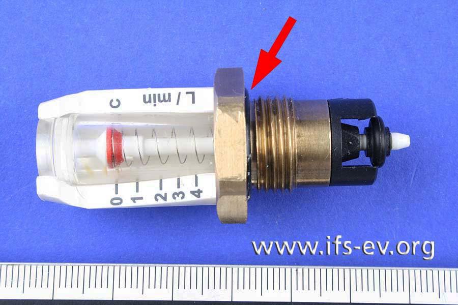 Ein O-Ring (Pfeil) am Verteilergrundkörper dichtet zum Messingmittelteil ab.