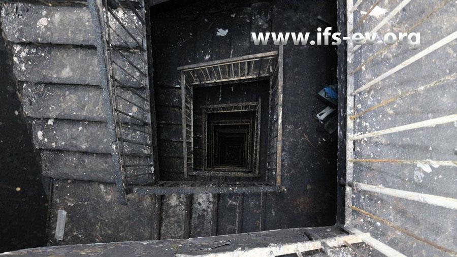 Blick vom Dachgeschoss durch das verbrannte Treppenhaus