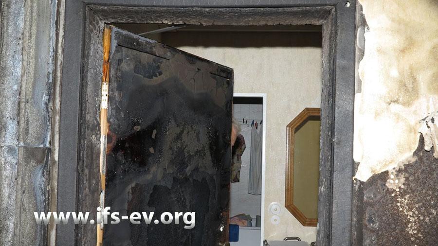 Auch die Wohnungstüren sind von außen brandgezehrt.