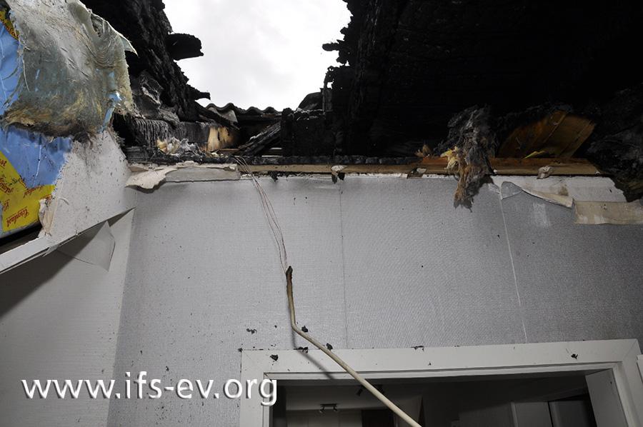 Über der Gaube befindet sich ein Loch im Dach. Die herabhängende Leitung verläuft zur Deckenleuchte.