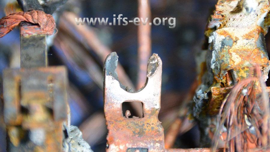 An der Rückseite des Kontaktes sind Abschmelzungen erkennbar. Hier lag der Schraubenkopf lose an.