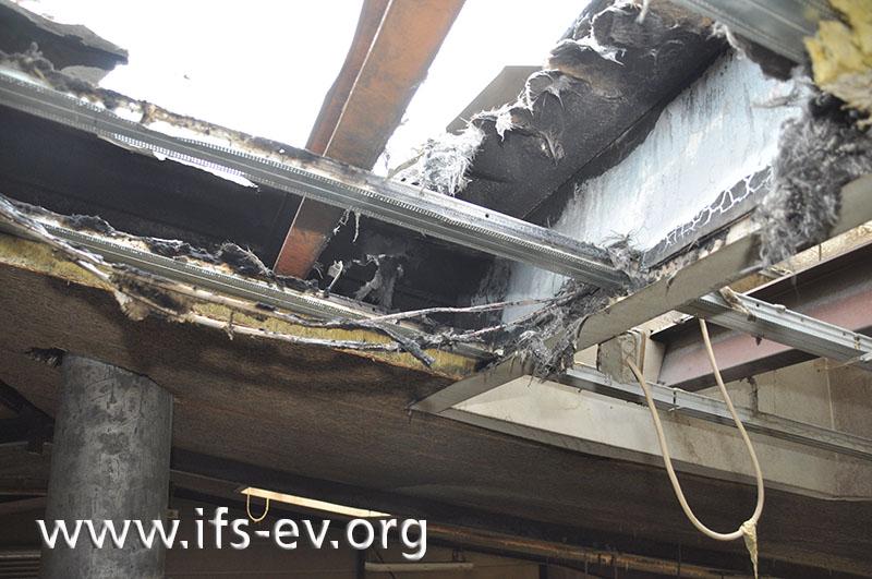 Die Leitungen wurden in dem Raum zwischen Dachisolierung und -eindeckung verlegt.