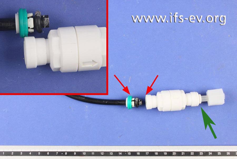 An dem weißen Kunststoff-Fitting des Durchflussbegrenzers hat sich eine Steckverbindung gelöst (rote Pfeile). Der grüne Pfeil markiert die zweite Steckverbindung des Fittings.