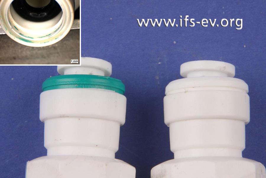 Hier sind beide Steckverbindungen des Fittings abgebildet: An der Verbindung, die sich gelöst hatte (links), befinden sich Klebstoffreste und etwas grünes Material vom Fixierring im Fittinggehäuse.