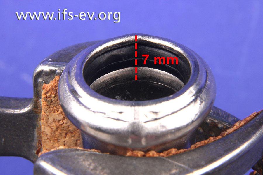 Der Abdruck des Rohres auf der Innenseite des Bogens belegt die zu geringe Einschubtiefe.