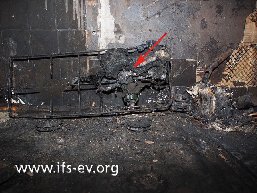 Um die hintere, rechte Kochstelle herum sind Aluminiumreste geschmolzen.