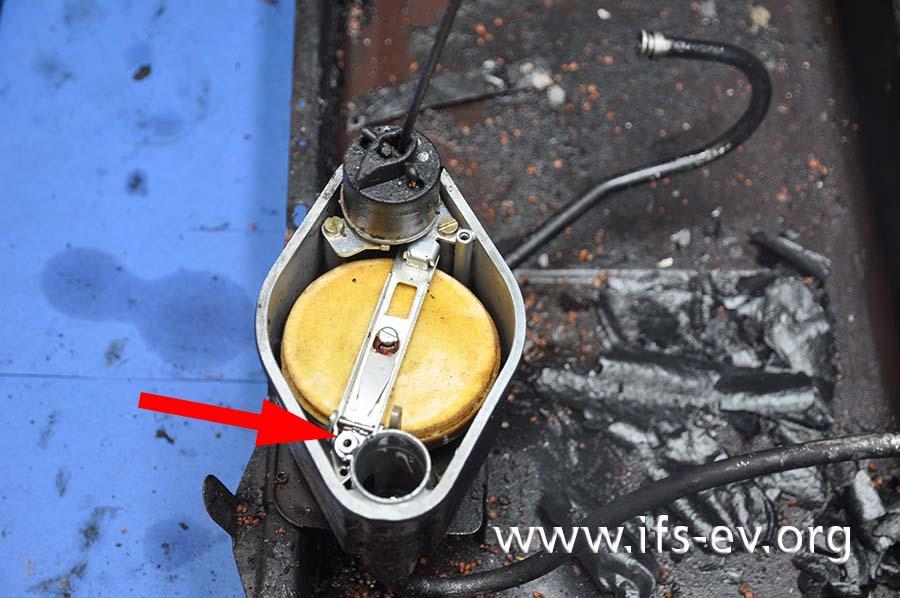 Am geöffneten Ölregelventil sind der gelbe Schwimmer und das Ventil (Pfeil) zu sehen.