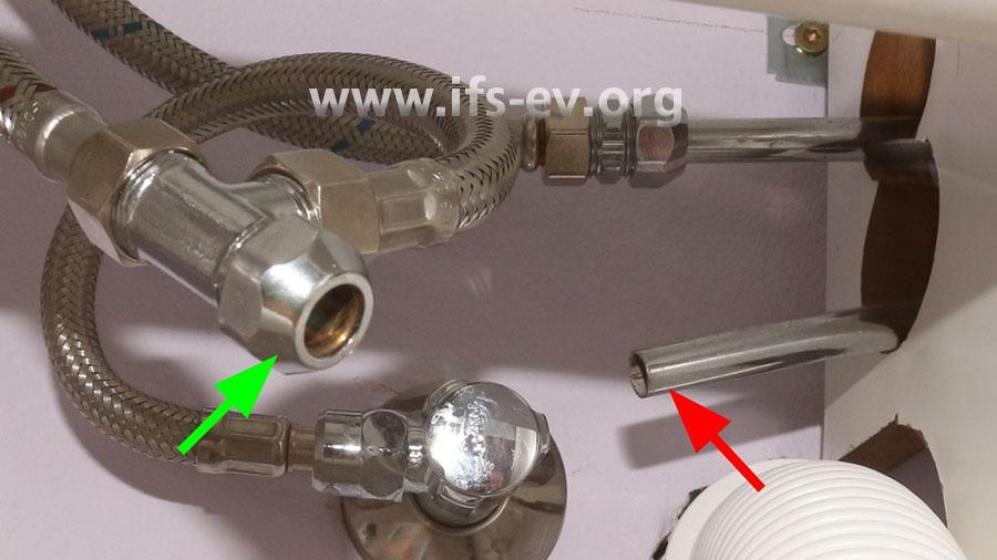 Das Röhrchen (roter Pfeil)  war ursprünglich mit einer Klemmringverschraubung am T-Stück (grüner Pfeil) verbunden.