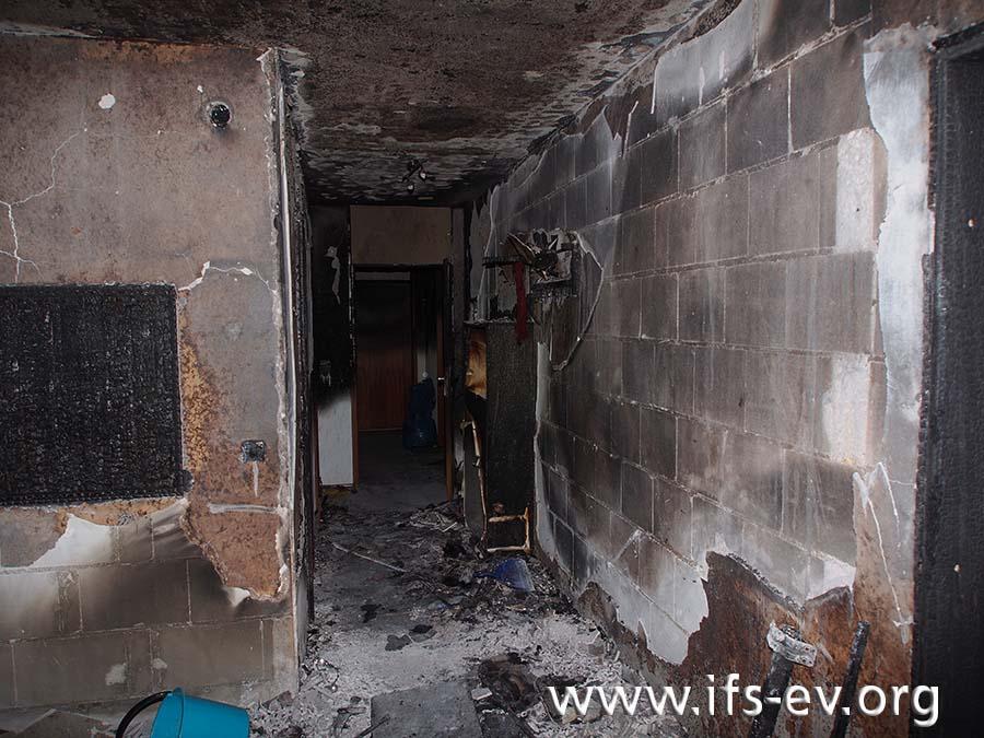 Im Wohnungsflur ist der Putz von den Wänden geplatzt.