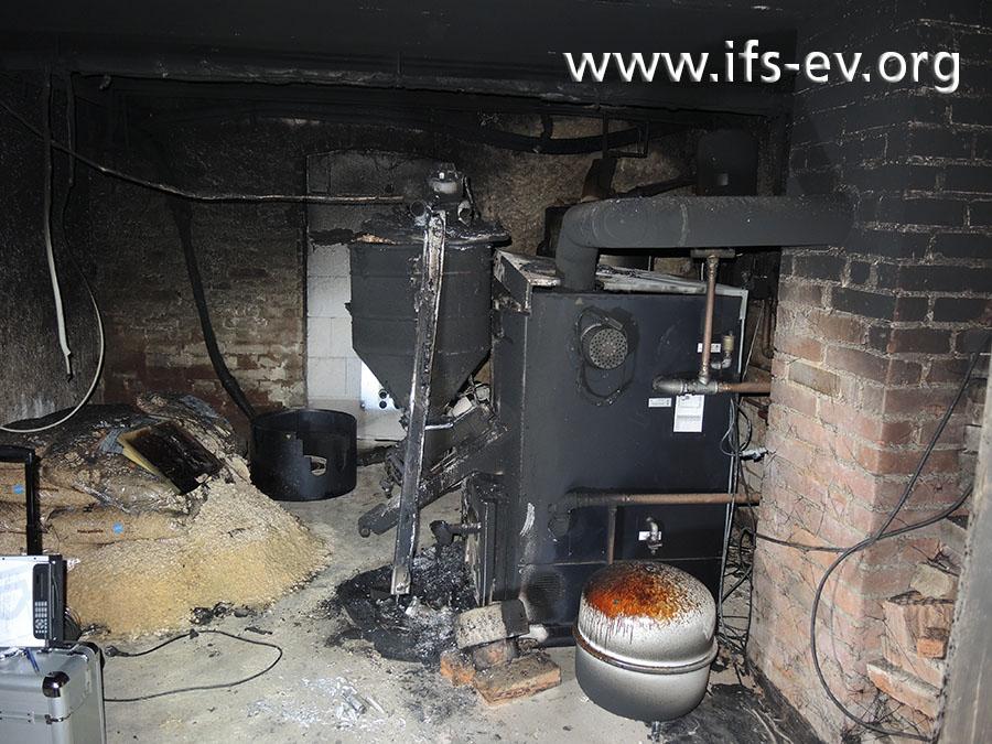 Ein Blick in den Heizungskeller: Hier beschränken sich die direkten Brandschäden auf den Pelletkessel des Herstellers Fröling.
