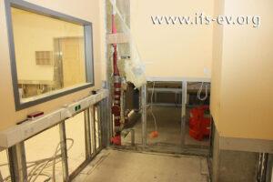 Das Bild zeigt die betroffene Abwasserleitung. Der durchfeuchtete Fußboden und die unteren  Wandbereiche wurden bereits entfernt.