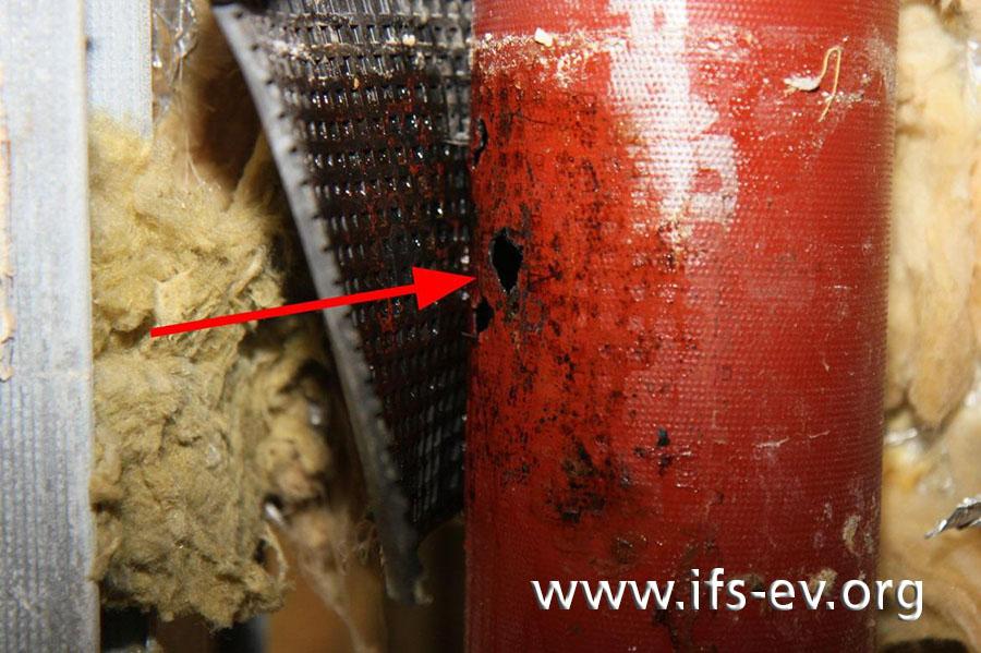 Nahaufnahme des Wanddurchbruchs; außen sind an dem Rohr keine Korrosionsspuren zu sehen.