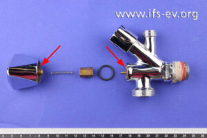 Das Kombieckventil ist im Bereich des Messing-Ventilkopfstücks am Bediengriff vollständig gebrochen (Pfeile).