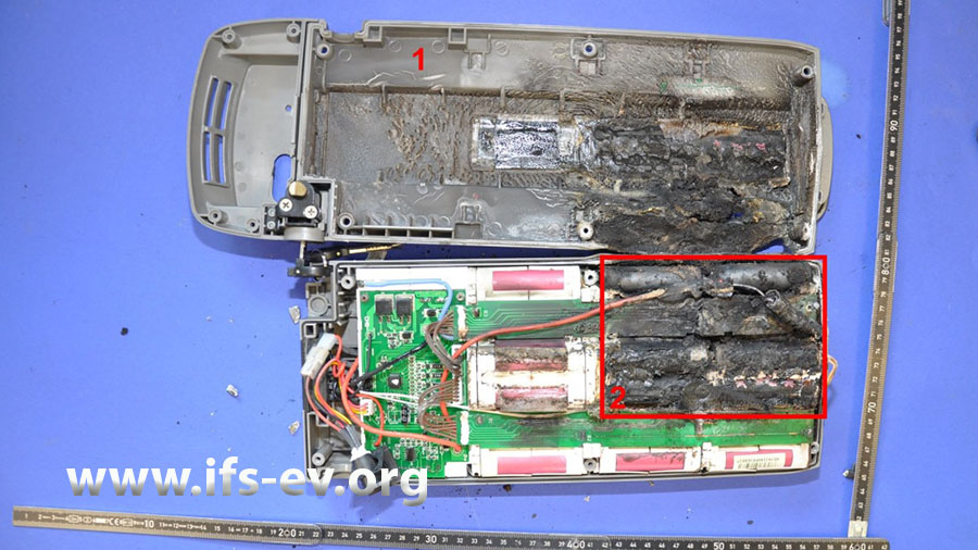 Im geöffneten Akkupack ist ein deutlicher Schadenschwerpunkt zu erkennen.