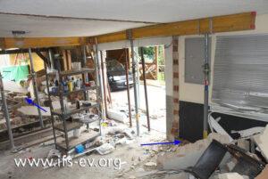 Im Erdgeschoss wird die Decke gestützt, die Innenwände sind nicht mehr vorhanden. Die Pfeile zeigen, in welche Richtungen sich die Druckwelle ausgebreitet hat.