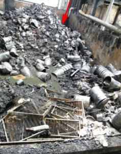 Der zweite Abfallbunker: Der Pfeil markiert die Stelle, an der die ersten Flammen gesehen wurden.