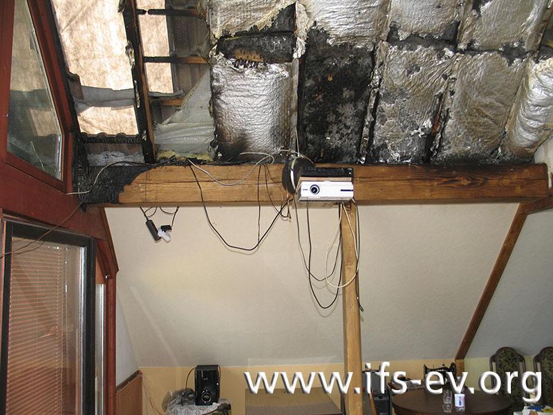 Die intensivsten und vom Gebäudeniveau her tiefsten Brandspuren befinden sich an einem Holzbalken neben dem Fenster.