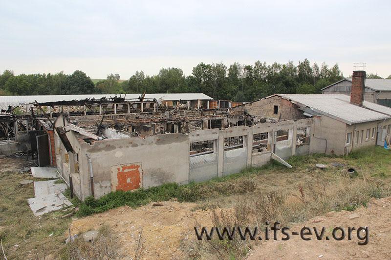 Die drei Gebäude links wurden durch das Feuer nahezu vollständig zerstört.