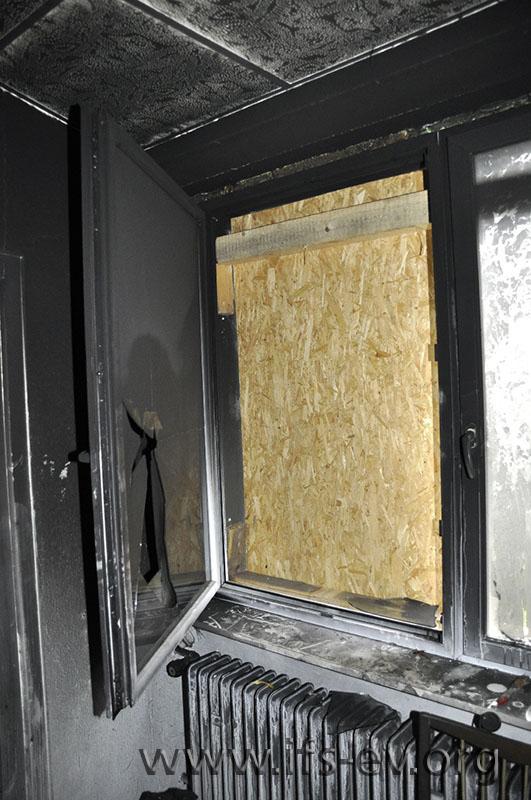 Die Fensterscheibe wurde von außen eingeschlagen; das Fenster stand beim Eintreffen der Feuerwehr weit offen.