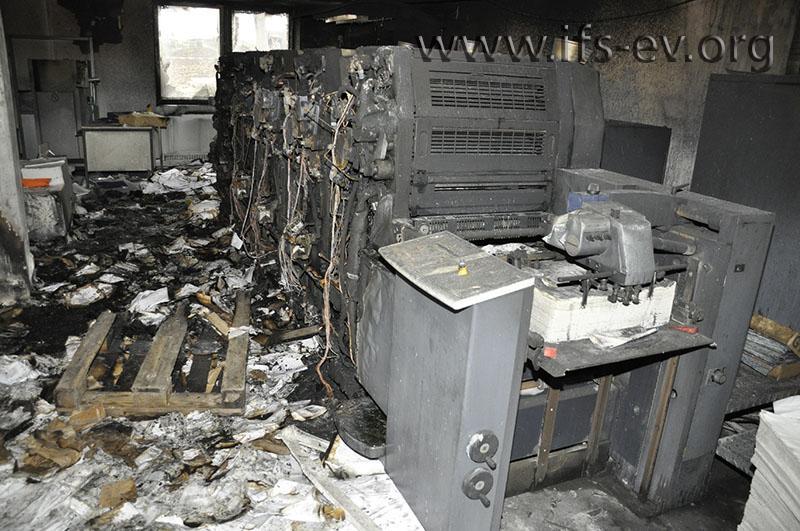 Die Druckmaschine; links vom Durchgang hatten die Paletten mit Papier gestanden.