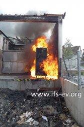 Brandversuch auf der Laderampe des Supermarktes: In wenigen Minuten ist der rollbare Thermocontainer von Flammen umschlossen.
