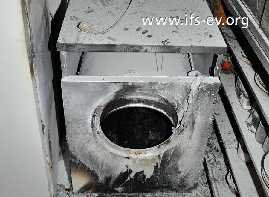 Dieser vom IFS untersuchte Wäschetrockner ist noch relativ gut erhalten. Man kann erkennen, dass es im Inneren der Trommel gebrannt hat.