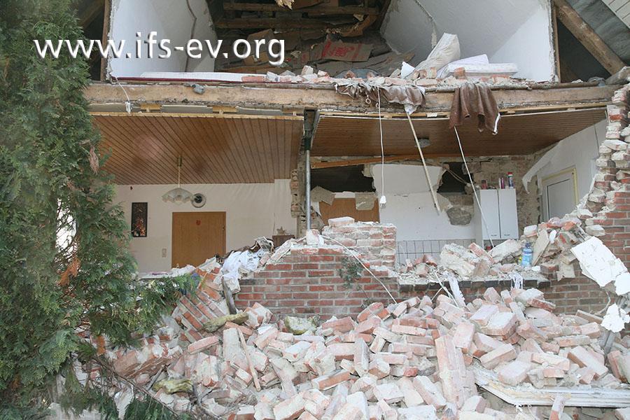 Ein Einfamilienhaus nach einem Explosionsschaden. Der Bewohner hatte einen Gasheizstrahler an die unten abgebildete Treibgasflasche angeschlossen.