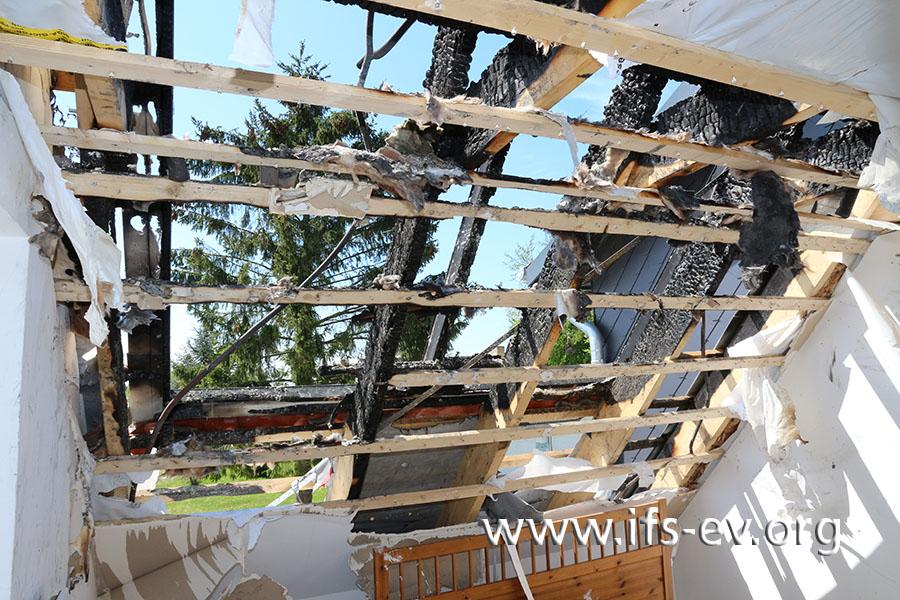Freier Blick gen Himmel: Das Dach wurde beim Brand zerstört.