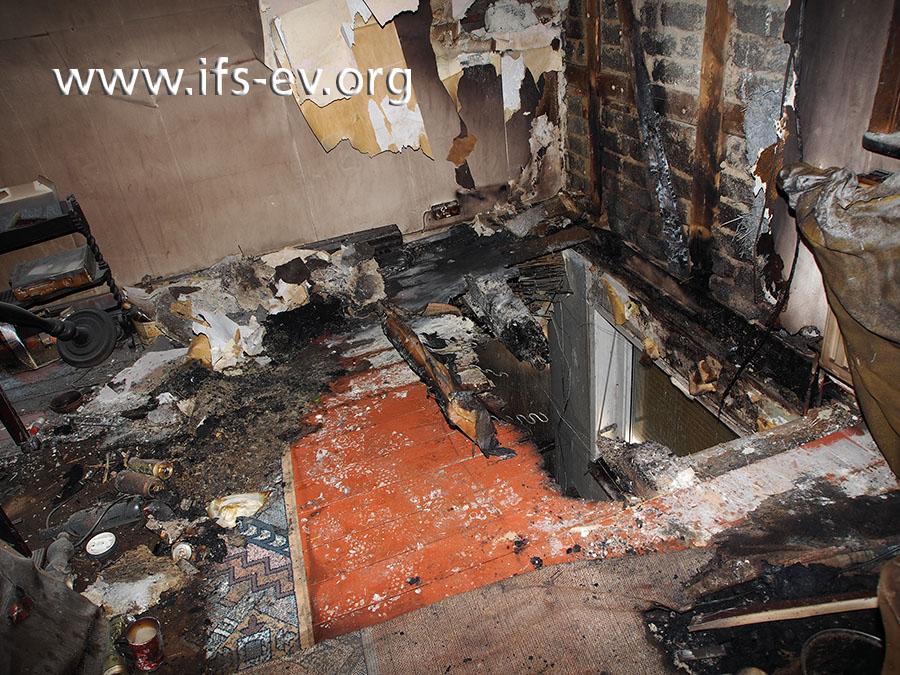 Wo das Loch im Fußboden zu sehen ist, hat vorher ein Sofa gestanden. Ein Raucher hatte eine Kippe auf dem Polstermöbel verloren.